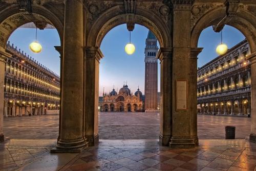 Piazza San Marco è una metafisica visione folgorante di luce.